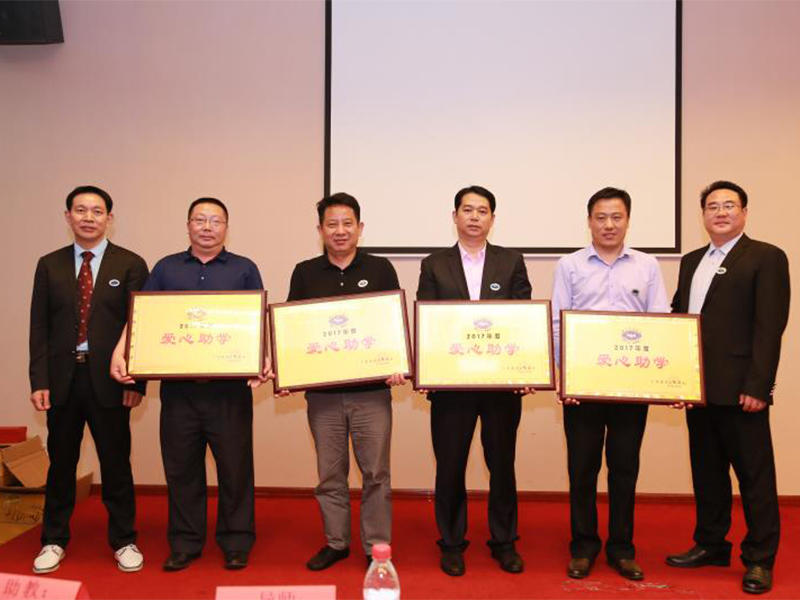 Jing Lixin received a honor certificate of helped poor students