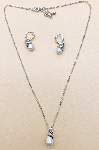 Necklace and earrings set with plastic beads